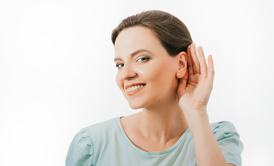 Donna che mostra orecchio