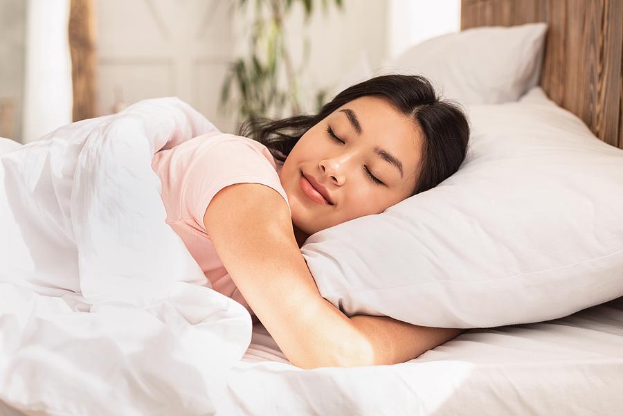 Asiatische Frau schläft
