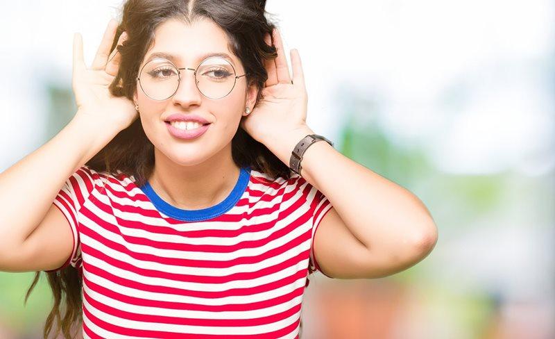 Junge Frau trägt beidseitig Hörgeräte
