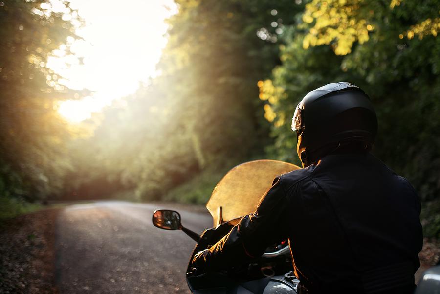 Motorradfahrer auf der Straße unterwegs