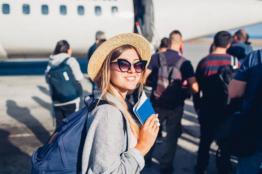 Frau beim Boarding