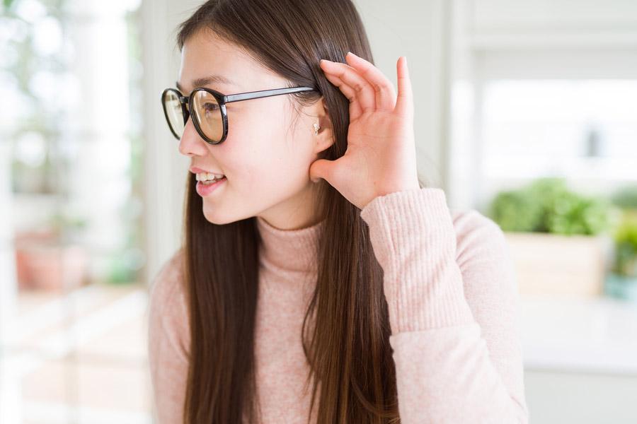 Frau trägt Hörgerät